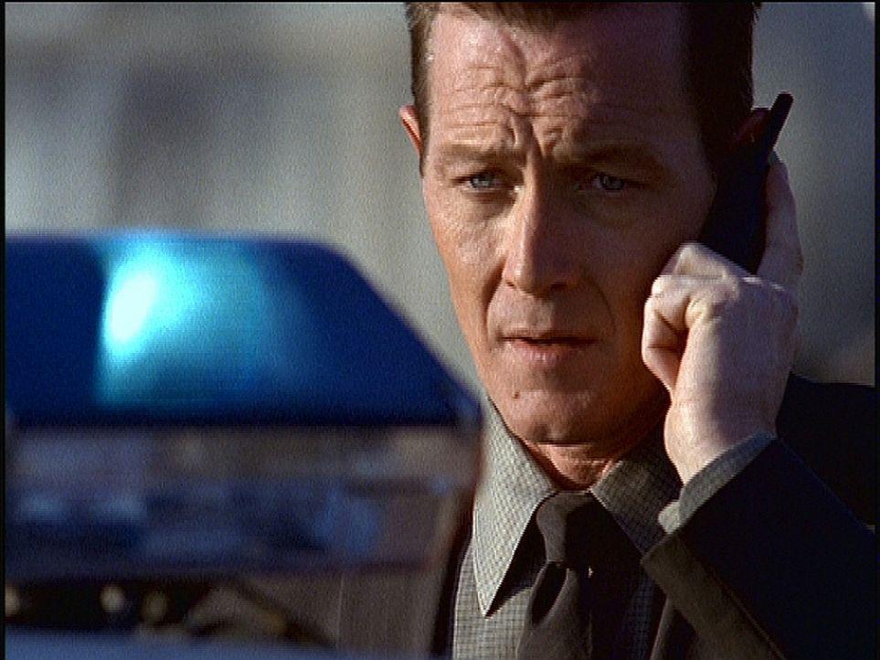 John Doggett (Robert Patrick) hegt den Verdacht, dass die beiden Toten der Rachsucht eines anderen Verstorbenen zum Opfer gefallen sind. - Bildquelle: TM +   2000 Twentieth Century Fox Film Corporation. All Rights Reserved.