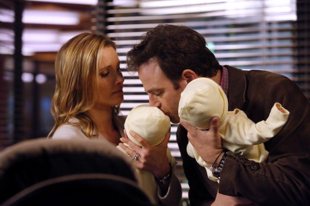 Ihr Leben ist nicht mehr so, wie es einmal war: Cooper (Paul Adelstein, r.) und Charlotte (KaDee Strickland, l.) ... - Bildquelle: ABC Studios