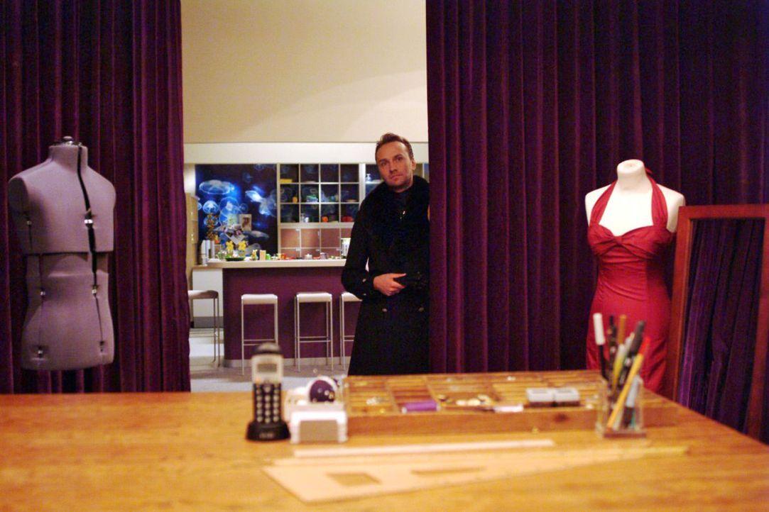 Vorsichtig tastet sich Hugo (Hubertus Regout) wieder an den Arbeitsalltag bei Kerima Moda heran. - Bildquelle: Monika Schürle Sat.1