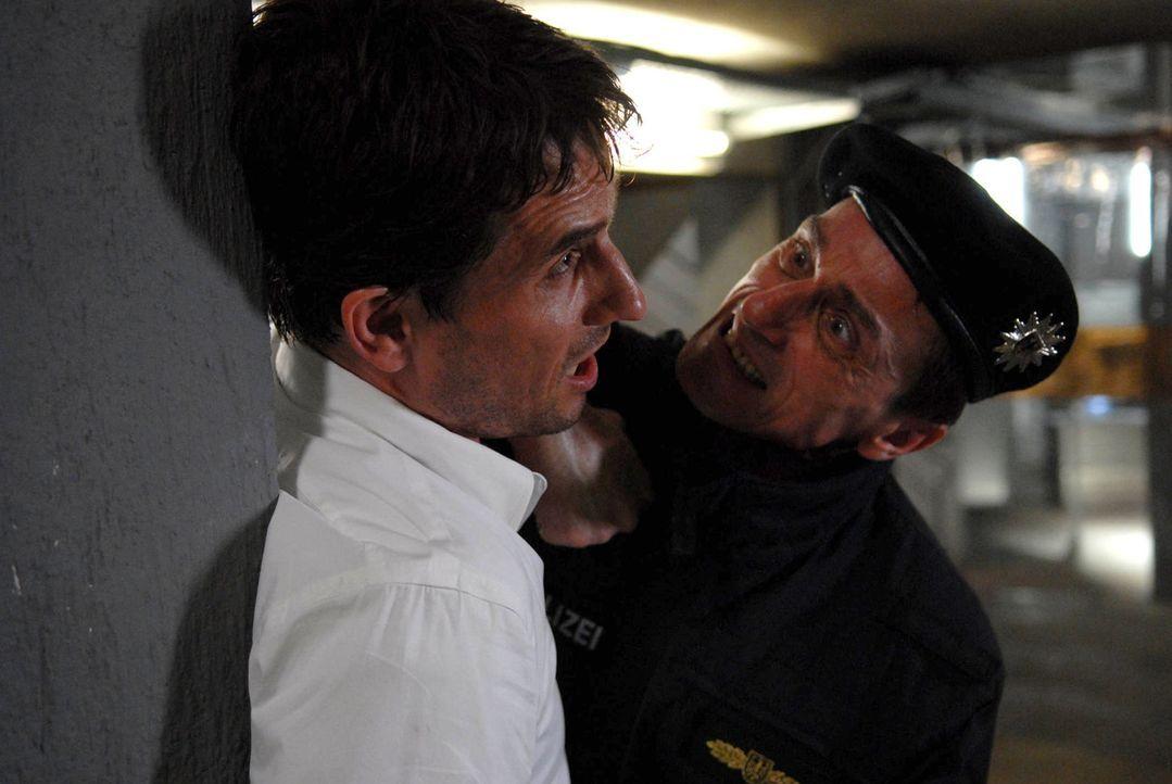 Weil der Pilot Gregor Hecker (Oliver Mommsen, l.) versucht, ins Flugzeug zu gelangen, um seine Frau und seine Tochter zu retten, nimmt ihn GSG-9 Kom... - Bildquelle: Kerstin Stelter ProSieben