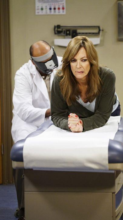 Nachdem ihr Freund Steve bei Bonnie (Allison Janney, r.) ein ungewöhnliches Muttermal an einer heiklen Stelle entdeckt hat, sucht diese einen Arzt a... - Bildquelle: 2015 Warner Bros. Entertainment, Inc.