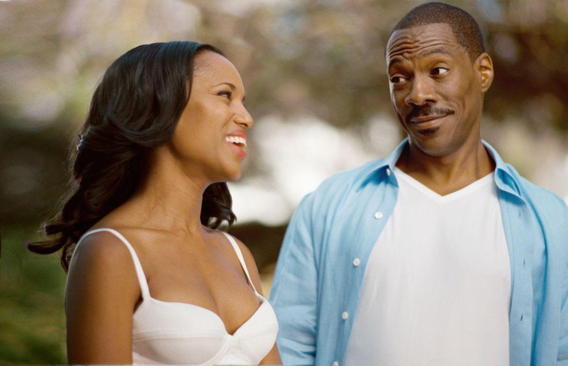 Die seltsamen Entwicklungen lassen Jack (Eddie Murphy, r.) die Zeit mit seiner Ehefrau Caroline (Kerry Washington, l.) noch mehr genießen ... - Bildquelle: (2012) DW Studios L.L.C. All rights reserved.