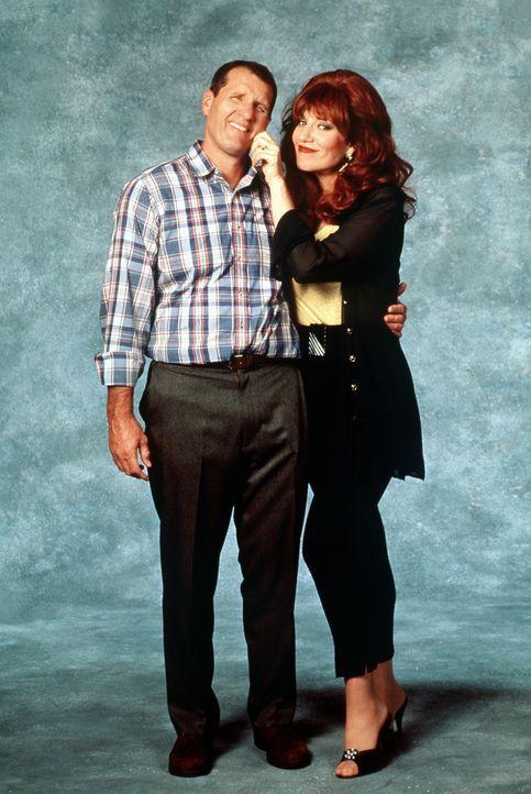 (9. Staffel) - Peggy (Katey Sagal, r.) ist zufrieden: in Al (Ed O'Neil, l.) hat sie jemanden, den sie ausnutzen kann. - Bildquelle: Sony Pictures Television International. All Rights Reserved.