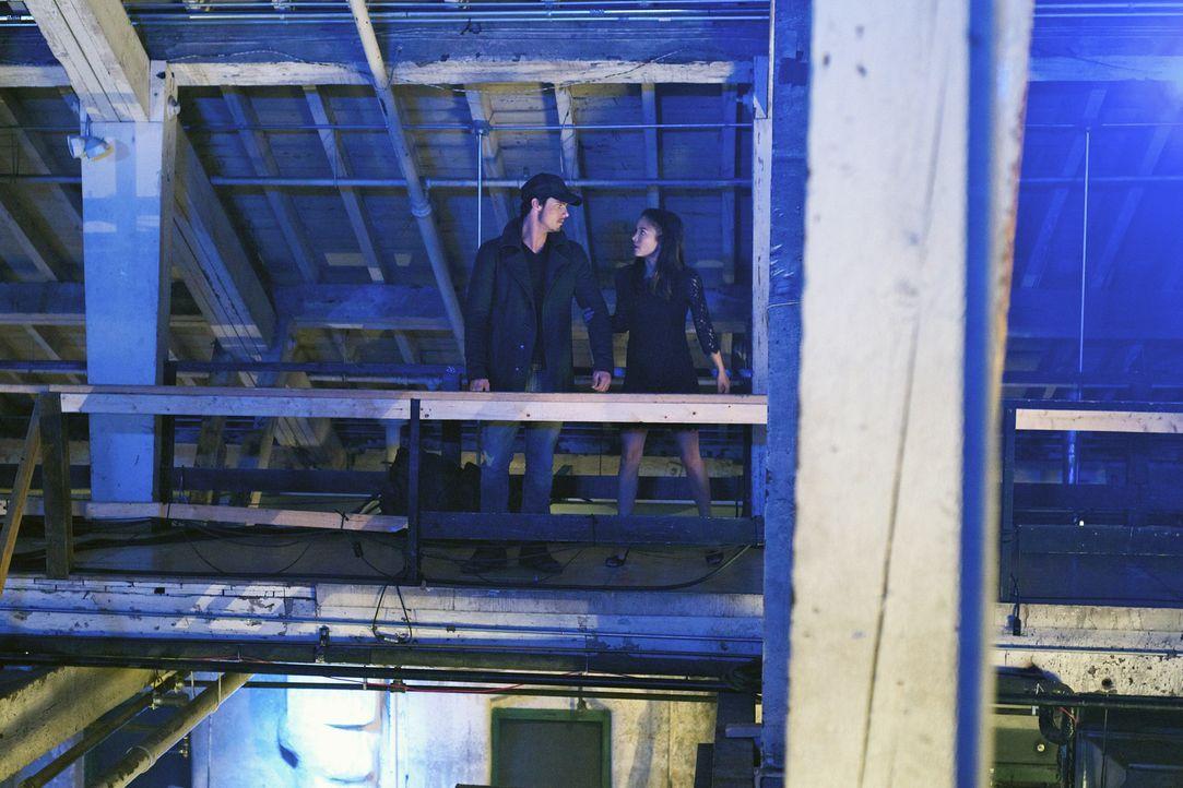 Überraschend taucht Vincent (Jay Ryan, l.) auf der Vernissage des ermordeten Künstlers Nicholas Varkas auf und möchte Catherine (Kristin Kreuk, r.)... - Bildquelle: 2012 The CW Network, LLC. All rights reserved.