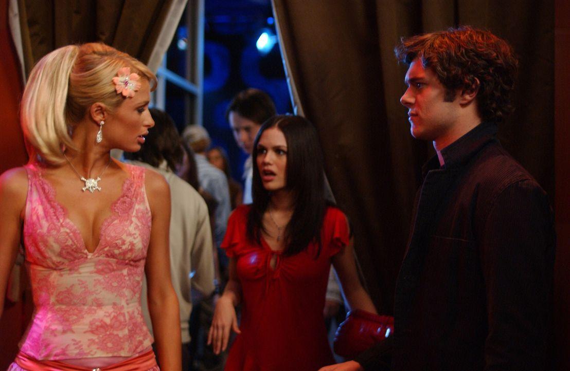 Summer (Rachel Bilson, M.) ist entsetzt, als sie Seth (Adam Brody, r.) und Kate (Paris Hilton, l.) zusammen sieht ... - Bildquelle: Warner Bros. Television