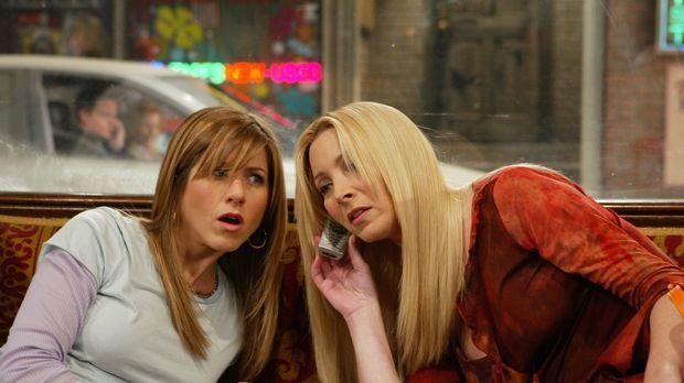 Rachel (Jennifer Aniston, l.) und Phoebe (Lisa Kudrow, r.) haben Chandler mit...