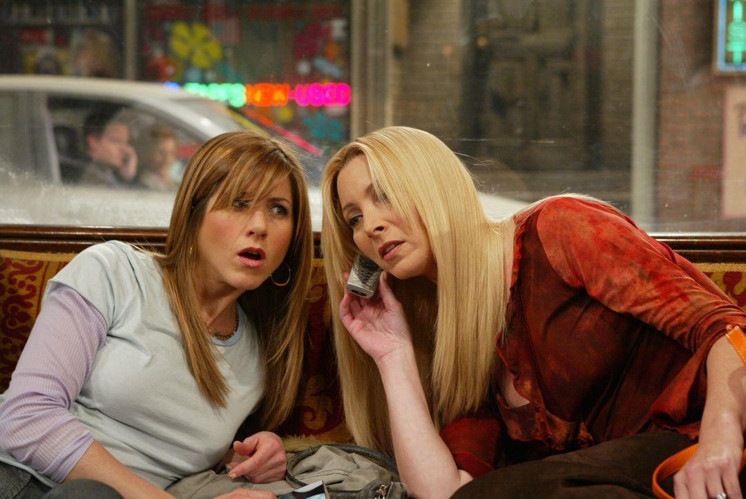 Rachel (Jennifer Aniston, l.) und Phoebe (Lisa Kudrow, r.) haben Chandler mit einer Blondine gesehen und sind der Meinung, dass er Monica betrügt. W... - Bildquelle: 2003 Warner Brothers International Television