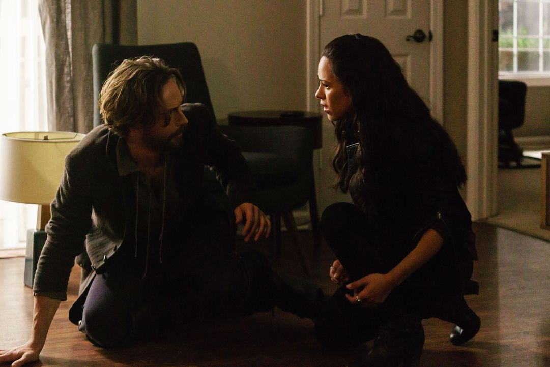 Crane (Tom Mison, l.) und Sophie (Jessica Camacho, r.) bilden eine Allianz, mit der keiner gerechnet hätte ... - Bildquelle: 2015-2016 Fox and its related entities.  All rights reserved.