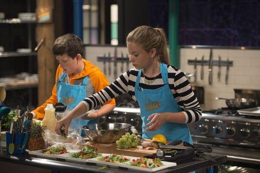 Die Konkurrenten Sabrina (r.) und Marc (l.) kochen mit Rucola, Ananas, Pizza-...