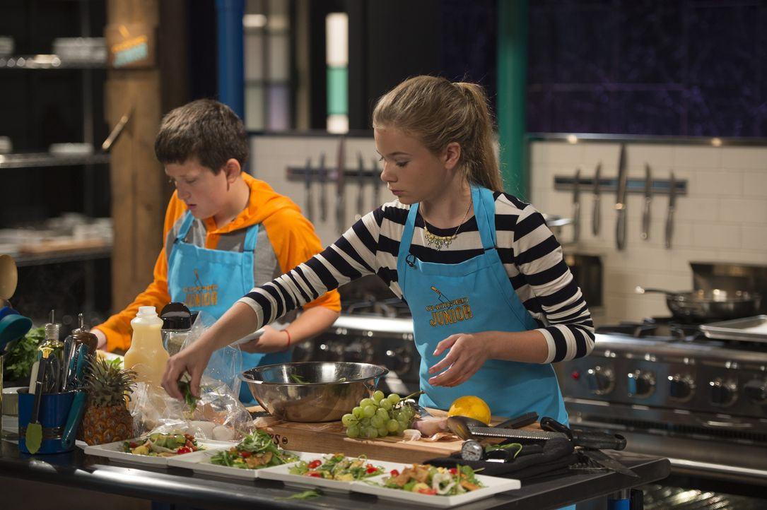 Die Konkurrenten Sabrina (r.) und Marc (l.) kochen mit Rucola, Ananas, Pizza-Happen und Tintenfisch um die Wette ... - Bildquelle: Scott Gries 2015, Television Food Network, G.P. All Rights Reserved