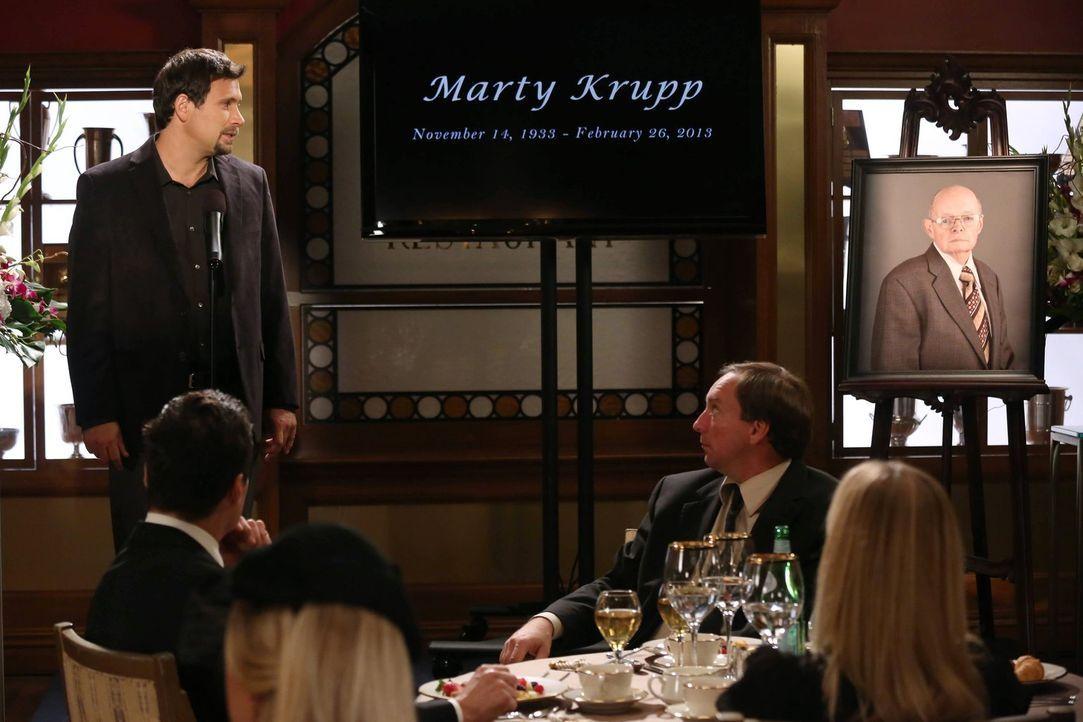 Nach Matys Tod müssen George (Jeremy Sisto, l.) und Noah entscheiden, was mit seiner Asche geschehen soll ... - Bildquelle: Warner Brothers