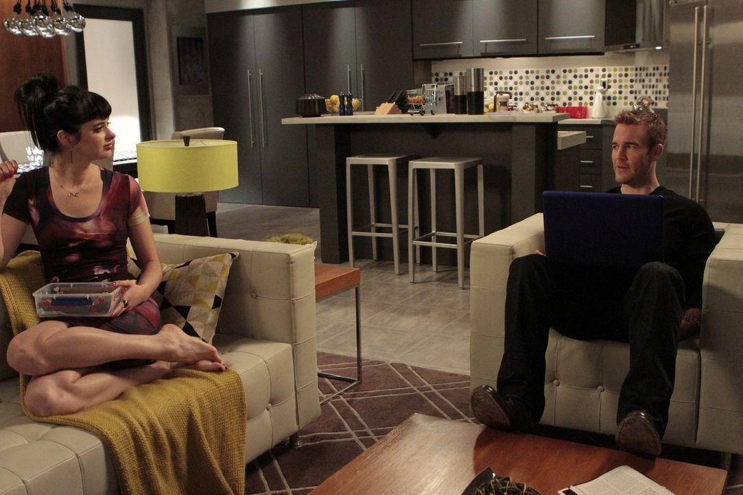 James (James Van Der Beek, r.) erzählt Chloe (Krysten Ritter, l.), mit wem sie sich wirklich trifft und somit, wem June ihren Job verdankt ... - Bildquelle: 2012 Twentieth Century Fox Film Corporation. All rights reserved.