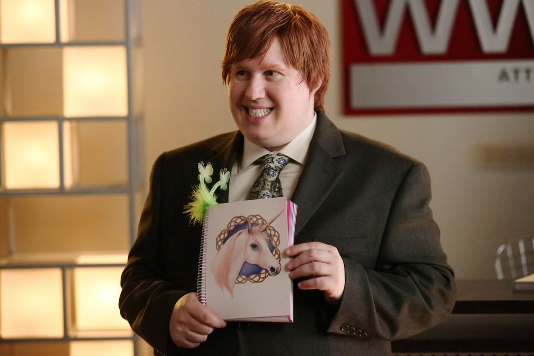 Cookie-Fanatiker Derrick (Matt Lucas) freut sich über Kimmies altes Notebook, das sie nun nicht mehr braucht - denn sie will endlich professionell u... - Bildquelle: Warner Brothers