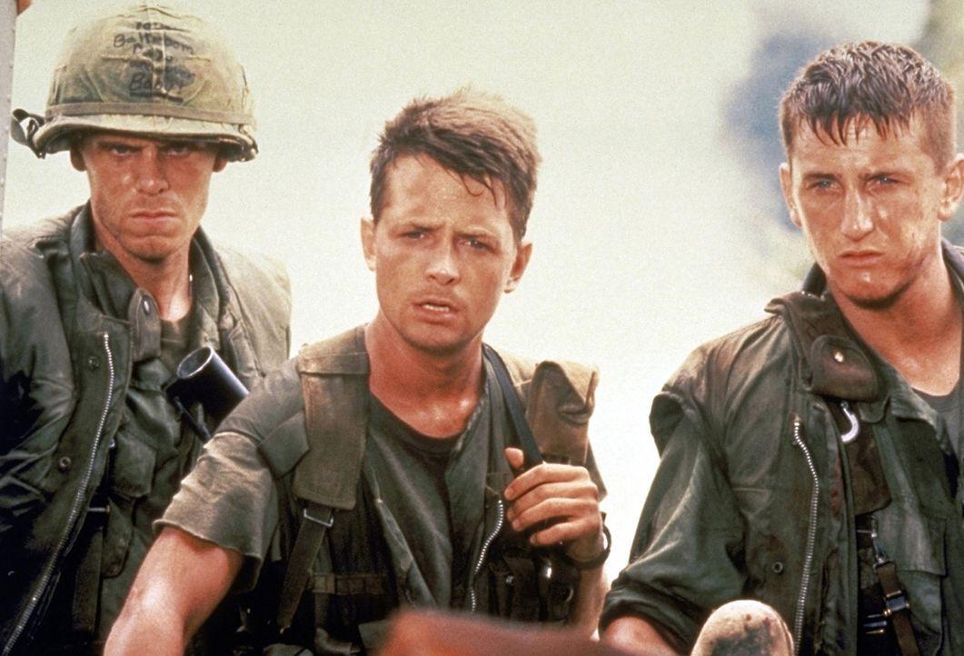 Nahezu schutzlos sind die Soldaten Clark (Don Harvey, l.), Eriksson (Michael J. Fox, M.) und Meserve (Sean Penn, r.) dem grausamen Vietnam-Krieg aus... - Bildquelle: Columbia Pictures