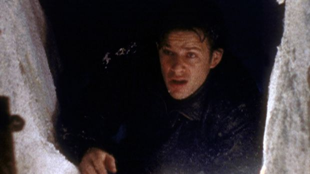 Lee Taylor (Costas Mandylor) versucht, einen Fluchtweg aus dem Eisgefängnis z...