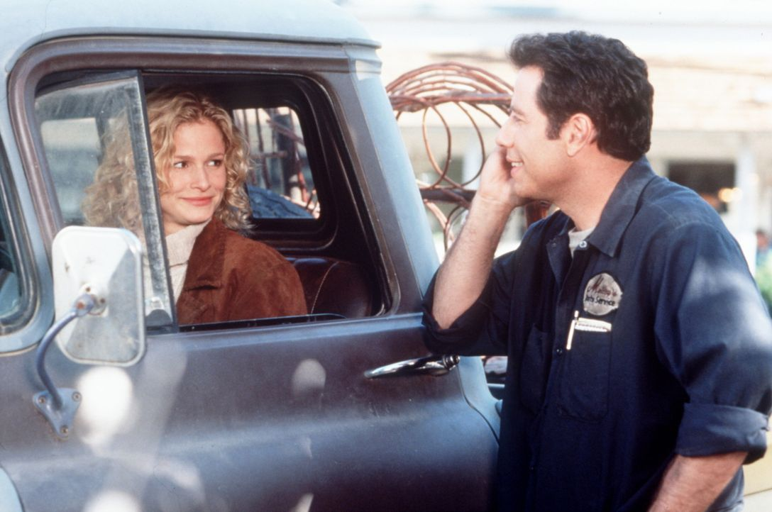 Gerne würde George Malley (John Travolta, r.) das Herz der hübschen Witwe Lave Pennamin (Kyra Sedgwick, l.) gewinnen ... - Bildquelle: Buena Vista Pictures