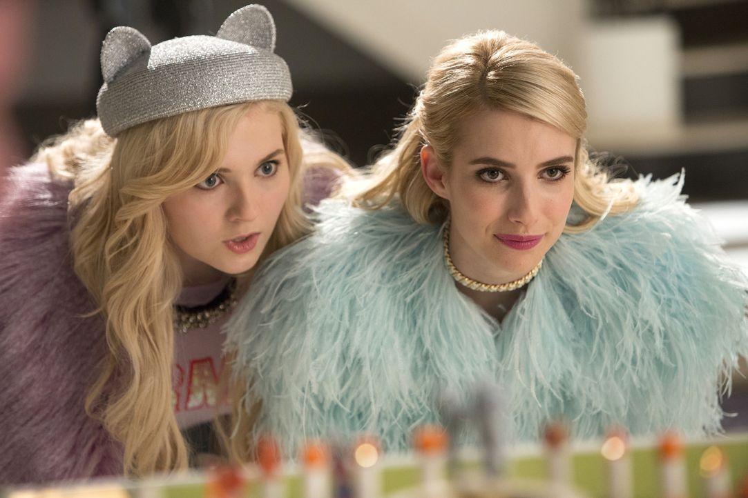 Noch ahnt Chanel (Emma Roberts, r.) nicht, dass sich Chanel #5 (Abigail Breslin, l.) sich möglicherweise gegen sie wendet ... - Bildquelle: 2015 Fox and its related entities.  All rights reserved.