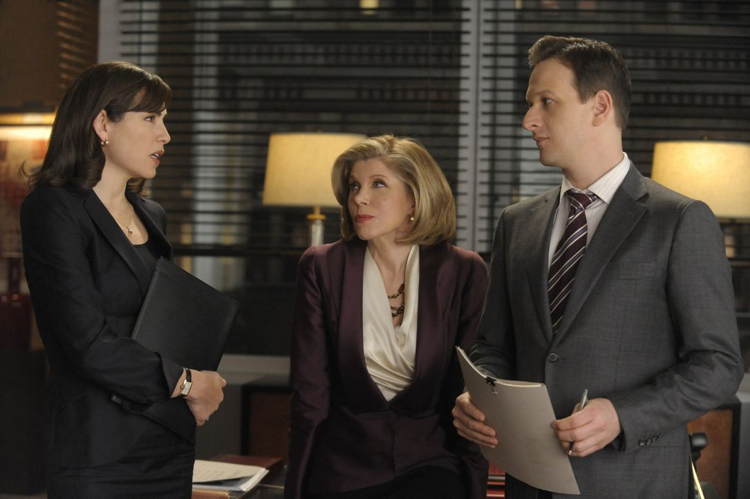 Will (Josh Charles, r.) bietet Diane (Christine Baranski, M.) und Alicia (Julianna Margulies, l.) an, ihnen im aktuellen Fall zu helfen ... - Bildquelle: 2011 CBS Broadcasting Inc. All Rights Reserved.