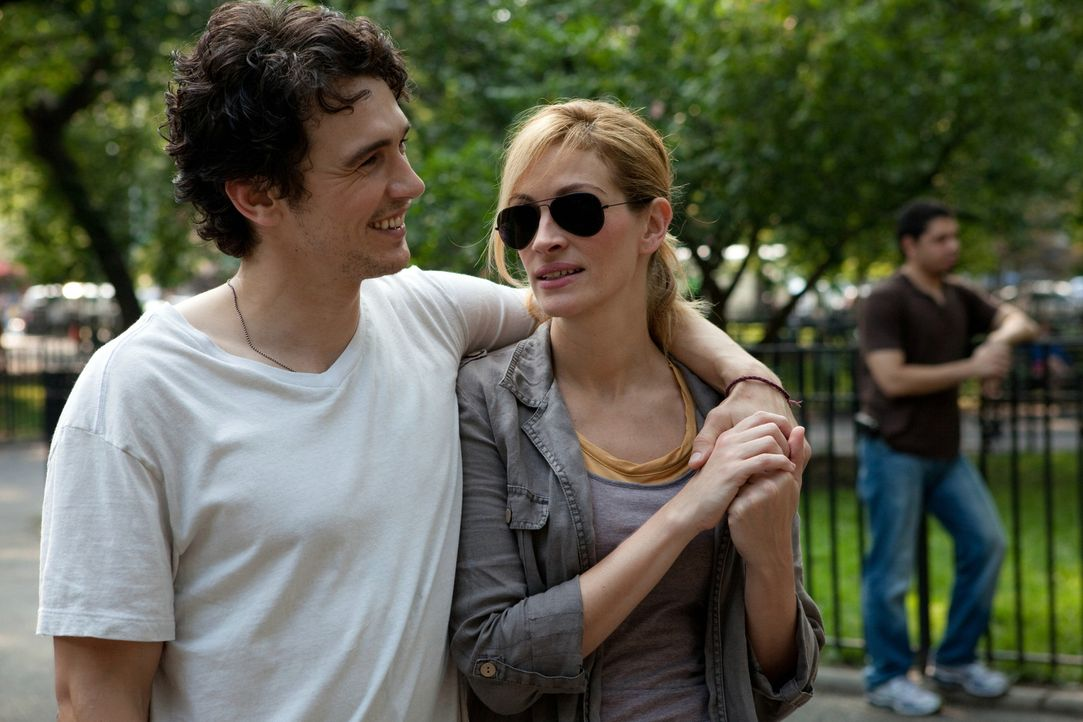 Karriere, Haus und Mann machen Liz Gilbert (Julia Roberts, r.) eines Tages keinen Spaß mehr, der neue Lover (James Franco, l.) sorgt auch nur vorübe... - Bildquelle: 2010 Columbia Pictures Industries, Inc. All Rights Reserved.