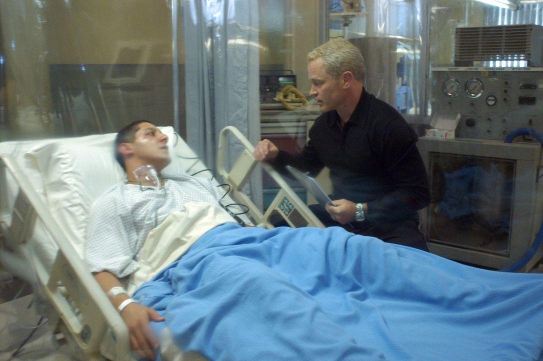Während seines ersten Bar-Besuchs nach seiner Rückkehr aus dem Irak bekommt der Soldat Henderson (Marshall Cook, l.) starke Brustschmerzen und spu... - Bildquelle: CBS Television