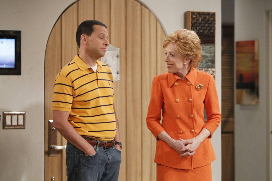 Ein neues Familienmitglied überrascht Alan (Jon Cryer, l.) und Evelyn (Holland Taylor, r.) ... - Bildquelle: Warner Brothers