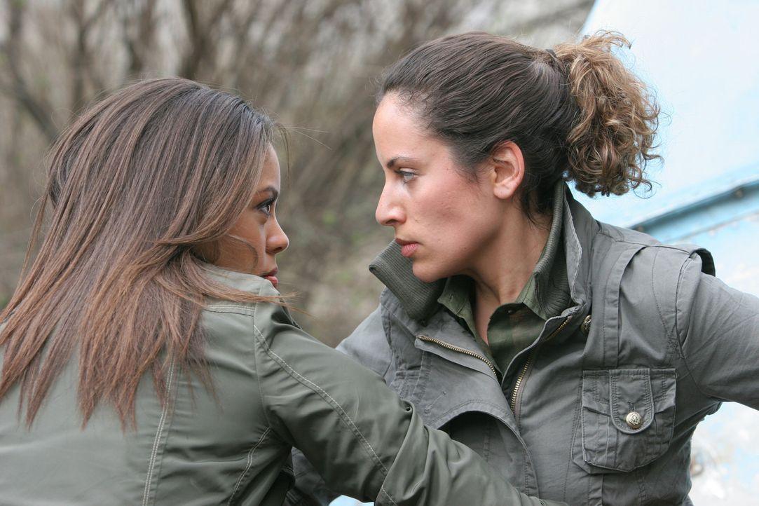 Jessica (Ciera Payton, l.) und Eliana (Katie Jones, r.) sind sich über das weitere Vorgehen nicht einig, denn Eliane will die gestohlene Superwaffe... - Bildquelle: Copyright   2007 Pueblo Film Distribution Limited. All Rights Reserved.