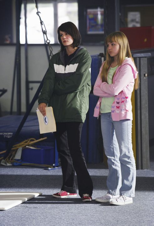 Emily (Chelsea Hobbs, l.) und Becca (Mia Rose Frampton, r.) begleiten Payson, die ihren ehemaligen Trainer zur Rede stellen will ... - Bildquelle: 2009 DISNEY ENTERPRISES, INC. All rights reserved. NO ARCHIVING. NO RESALE.