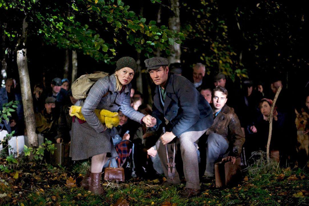 In einer Nacht- und Nebelaktion beschließen die Böseckendorfer, das Dorf zu verlassen, angeführt von Tonia (Anna Loos, l.) und Manni (Thure Riefenst... - Bildquelle: Richard Hübner Sat.1