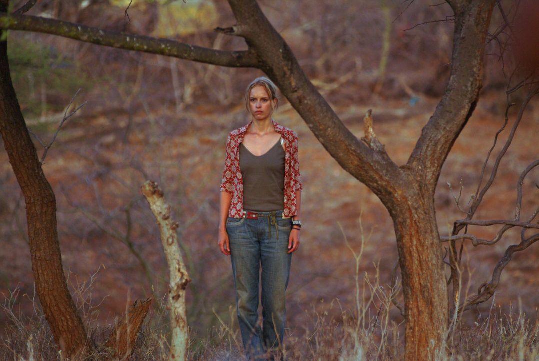 Ganz alleine macht sich Carola (Nina Hoss) auf die Suche nach ihrem Samburu-Krieger! Eine gefährliche Reise durch die Weiten Kenias beginnt! - Bildquelle: Constantin Film Produktion GmbH
