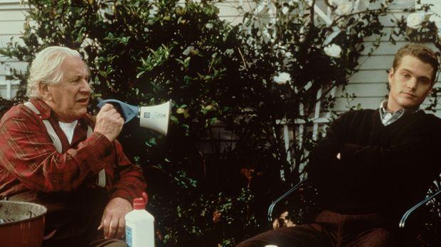 Weil sein Opa (Peter Ustinov, l.) ihm seine Millionen nur hinterlässt, wenn e...