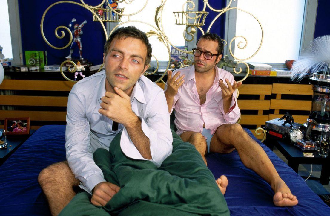Am Tag nach der geplatzten Hochzeit verpasst Tobi (Aleksandar Jovanovic, l.) seinem Freund Martin (Jan Josef Liefers, r.) eine Rosskur in Bezug auf... - Bildquelle: Katrin Knoke Sat.1