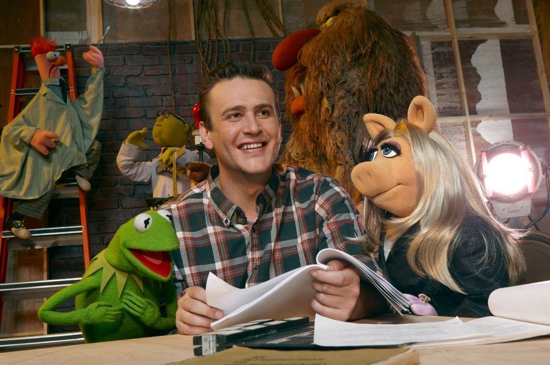 Der Abbruch der Muppet-Studios soll um jeden Preis verhindert werden. Gary (Jason Segel. M.), Kermit (l.) und Miss Piggy (r.) geben alles, um in kür... - Bildquelle: The Muppets Studio, LLC. All rights reserved