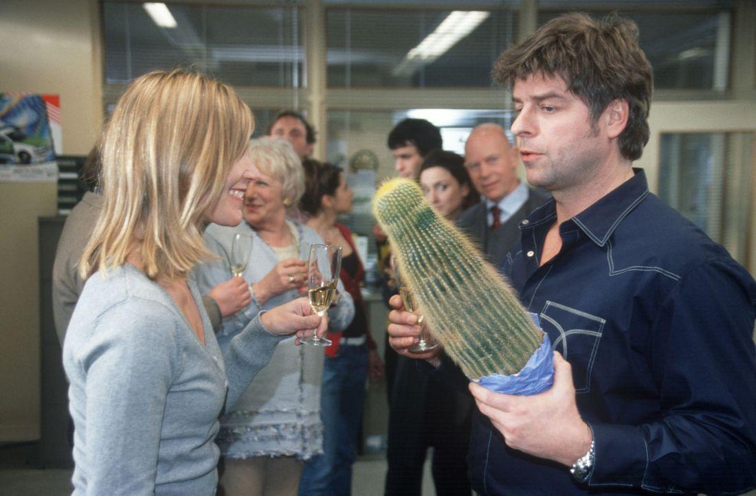 Das große Abschiedsfest für die Mädels steigt. Jupp (Uwe Fellensiek, r.) übergibt Inge (Nele Mueller-Stöfen, l.) einen Kaktus. - Bildquelle: Münstermann Sat.1