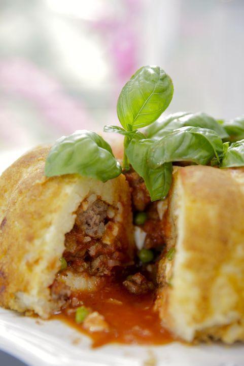 Giada bereitet einen Sartu di Riso nach dem Rezept ihrer Großmutter zu mit einer Füllung, die unter anderem aus Erbsen und Fleisch besteht ... - Bildquelle: 2015,Television Food Network, G.P. All Rights Reserved