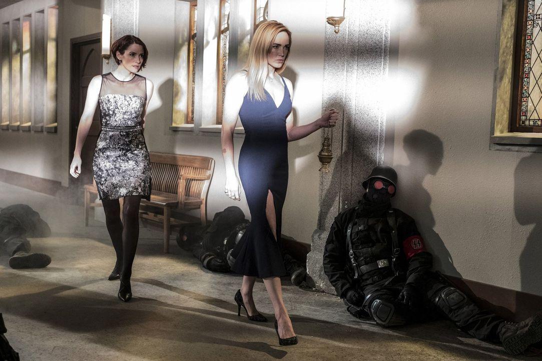 Die Hochzeit ihrer Freunde artet auch für Alex (Chyler Leigh, l.) und Sara (Caity Lotz, r.) in einen Kampf gegen Nazis aus ... - Bildquelle: 2017 Warner Bros.