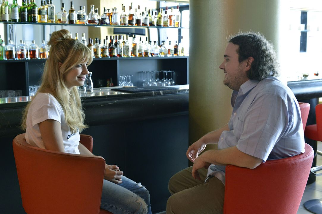 Ein Blind-Date steht bevor - und Mila (Susan Sideropoulos, l.) hat anfangs keine Ahnung, dass Kai (Michael Schertenleib, r.) ihre Verabredung ist ... - Bildquelle: Oliver Ziebe SAT.1