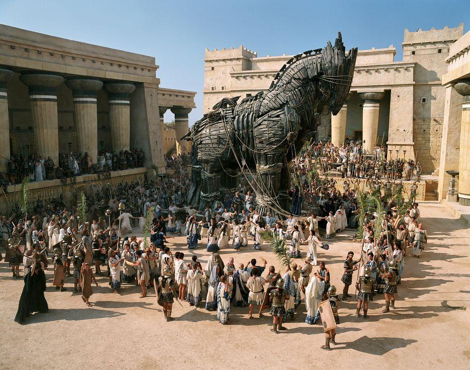 Das zehnte Jahr der Belagerung begann, als Odysseus eine geniale Idee hat: Er lässt ein riesiger Holzpferd bauen, in dessen Rumpf sich etliche griec... - Bildquelle: Warner Brothers International Television