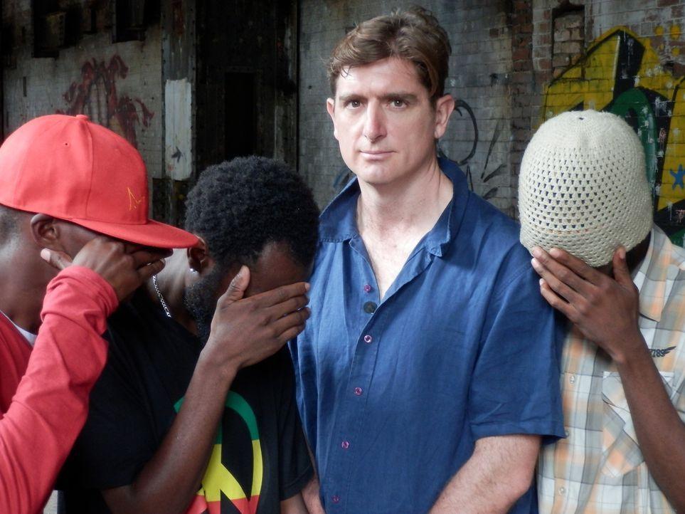Reporter Marcel Theroux (2.v.r.) trifft sich in Südafrika mit einer Gang von Fahrzeugentführern und bekommt einen Einblick in ihre Leben und ihre Be... - Bildquelle: Quicksilver Media 2012