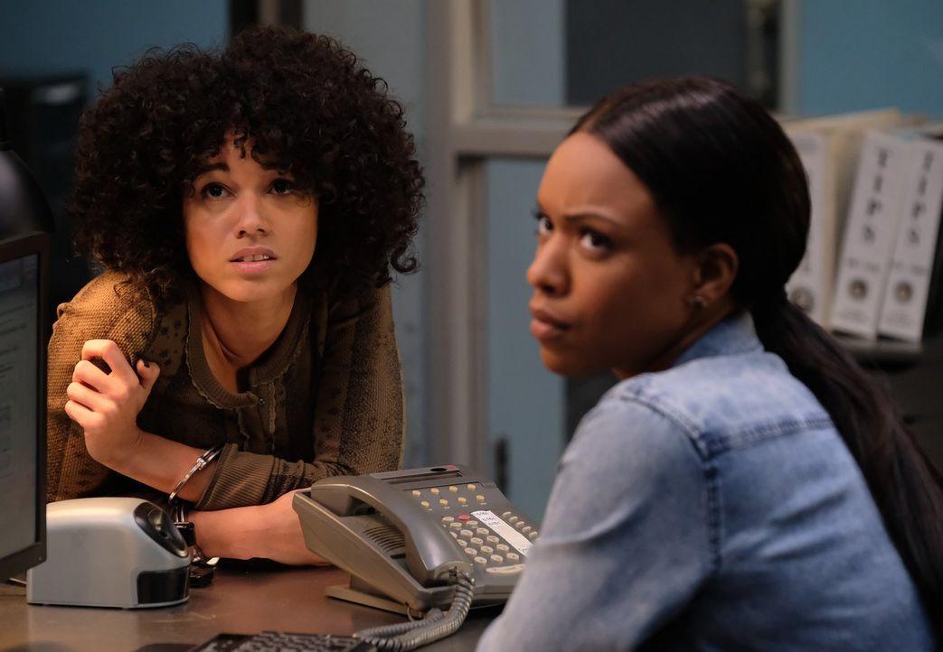 Bailey (Michelle Mitchenor, r.) muss entscheiden, wie weit sie gehen will, um ihre Schwester (Alisha Wainwright, l.) zu schützen, als diese in einen... - Bildquelle: Warner Brothers