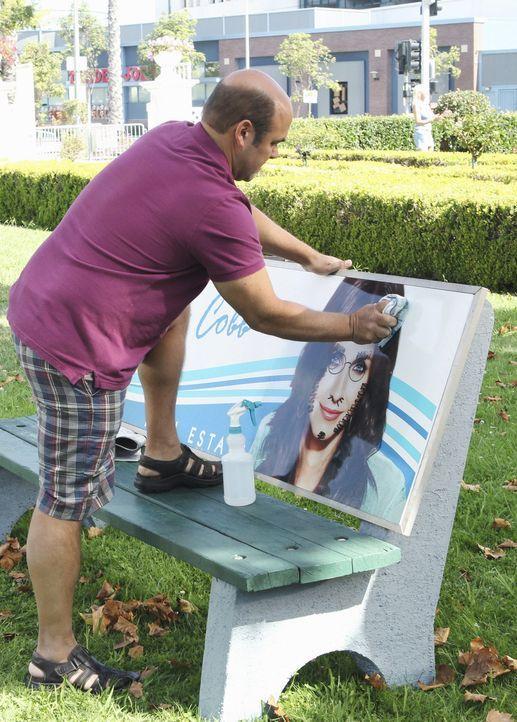 Andy (Ian Gomez) versucht die Schmiererein an Jules Bild zu entfernen, bevor sie es zu Gesicht bekommt! Doch wird es ihm gelingen? - Bildquelle: 2010 ABC INC.