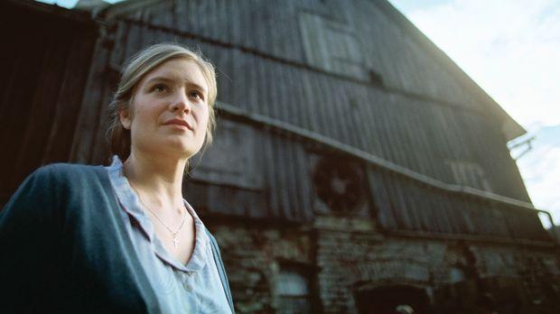 Als Kathrin (Julia Jentsch) zur Beerdigung ihrer Mutter fährt, entdeckt sie i...