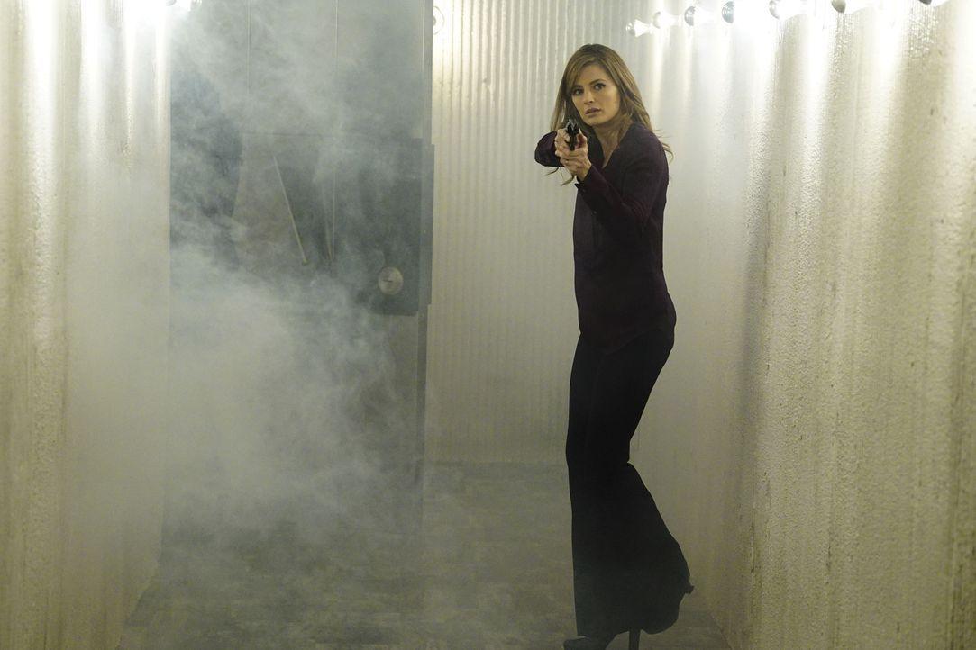 Beckett (Stana Katic) bahnt sich einen Weg in die abgeschotteten Spielhallen eines Psychopathen, der sich an der Angst und Verzweiflung seiner Opfer... - Bildquelle: Richard Cartwright 2016 American Broadcasting Companies, Inc. All rights reserved.