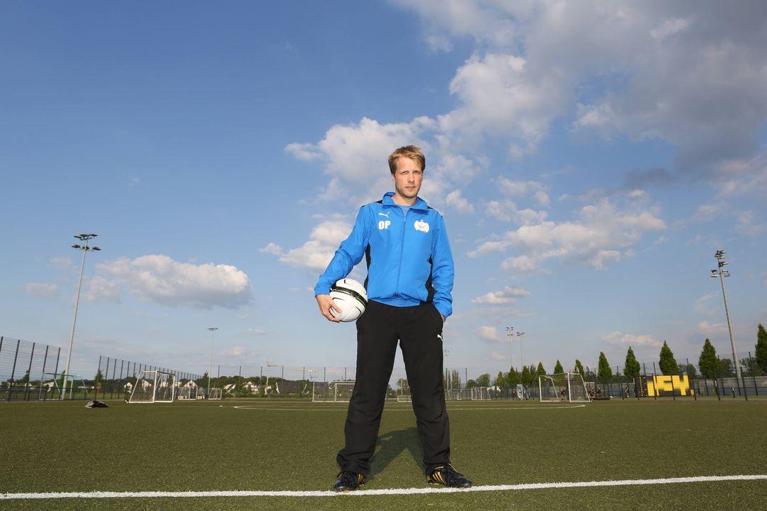 Oliver Pocher stellt seine Mannschaft für das große Spiel gegen den BVB zusammen. Doch wer wird es in die Startelf schaffen? - Bildquelle: Ralf Jürgens SAT.1