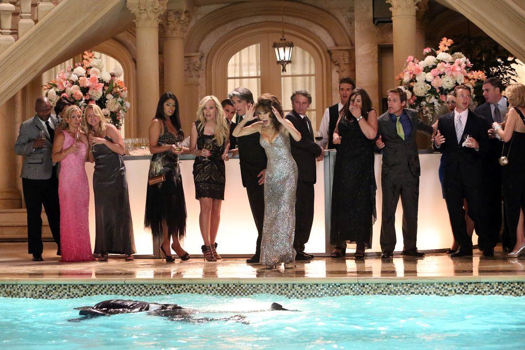 Bei ihrer Verlobungsfeier muss Genevieve (Susan Lucci, M.) einen schweren Schicksalsschlag hinnehmen - denn Phillipe (Stephen Collins, vorne) muss f... - Bildquelle: ABC Studios