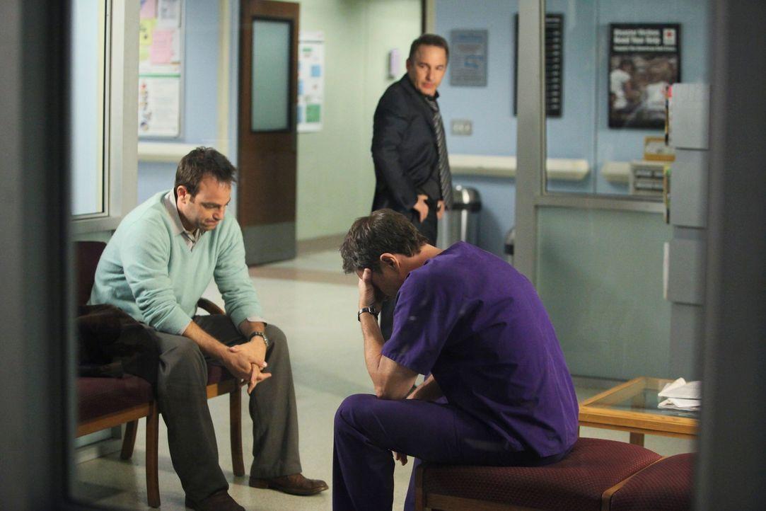Während Naomi und Addison um das Leben von Violet kämpfen, weiß niemand, was mit dem Baby geschehen ist. Pete (Tim Daly, r.), Sheldon (Brian Benben,... - Bildquelle: ABC Studios