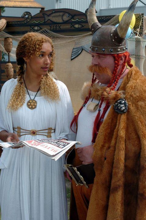 Tanja (Carol Campbell, l.) und Engel (Ottfried Fischer, r.) sind für das Kinderfest als Wikinger kostümiert. - Bildquelle: Sat.1