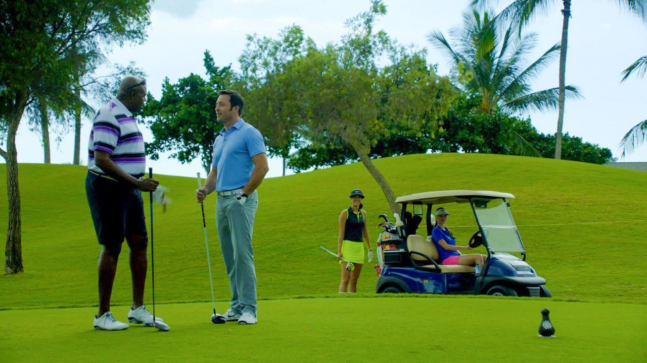 Lou (Chi McBride, l.) versucht, Steve (Alex O'Loughlin, 2.v.l.) das Golfspielen beizubringen, da die beiden bei einem Golf-Turnier für den guten Zwe... - Bildquelle: 2014 CBS Broadcasting Inc. All Rights Reserved.