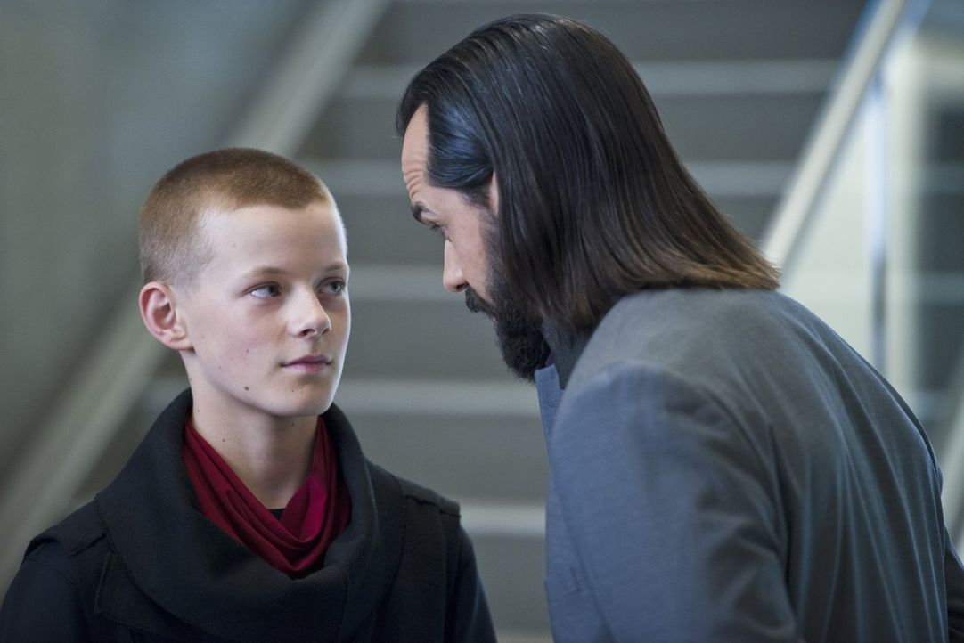 In der Zukunft wird Vandal Savage (Casper Crump, r.) in Per Degaton (Cory Gruter-Andrew, l.) einen mächtigen Verbündeten finden - doch jetzt ist er... - Bildquelle: 2015 Warner Bros.