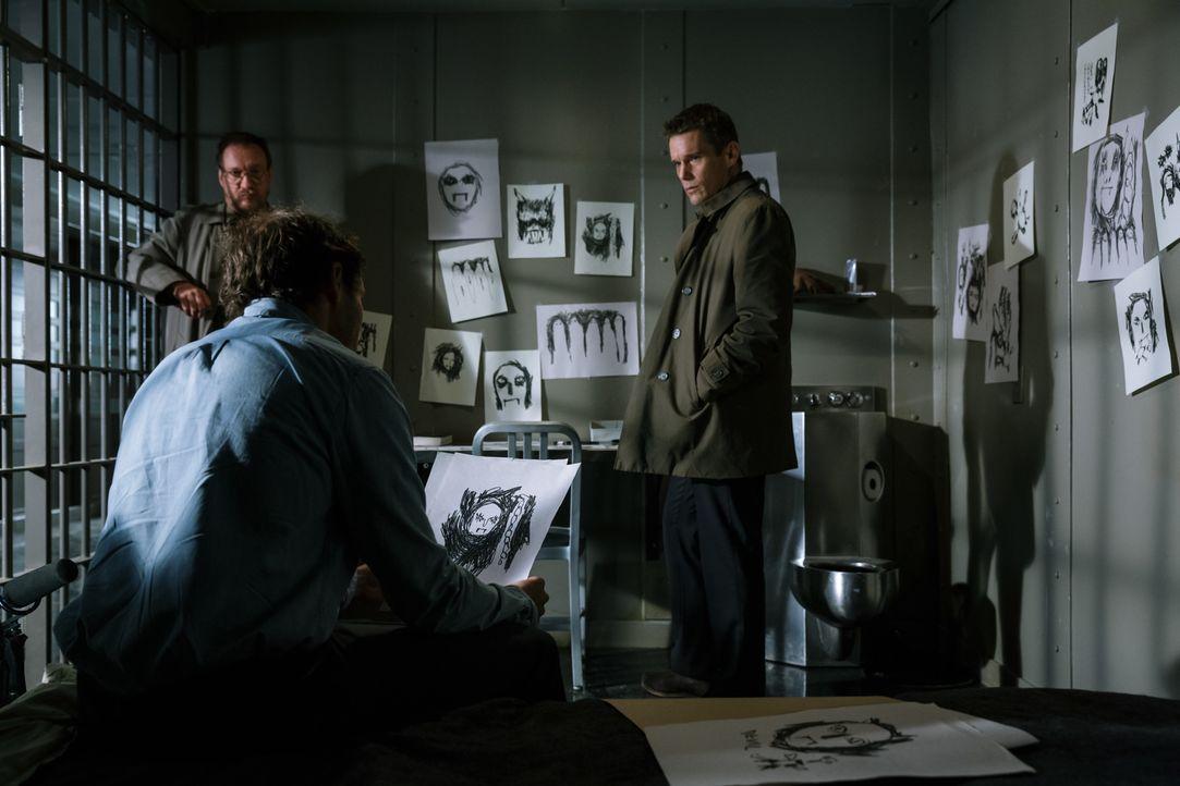 Psychologe Kenneth Raines (David Thewlis, l.) und Detective Bruce Kenner (Ethan Hawke, r.) wollen den Machenschaften im Hause von John Gray (David D... - Bildquelle: Tobis Film