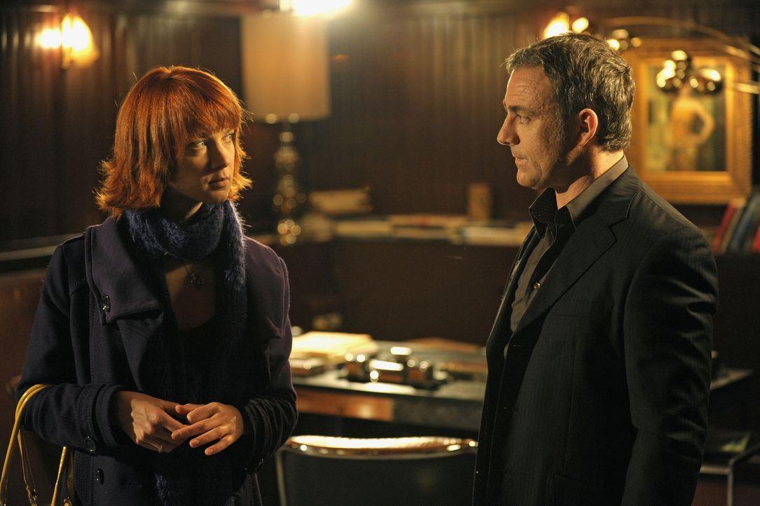 Chloé (Odile Vuillemin, l.) glaubt, dass der Restaurantbesitzer Julien Marceau (Eric Savin, r.) etwas mit dem Mord an einer jungen Frau zu tun hat -... - Bildquelle: 2008 - Beaubourg Audiovisuel/BeFilms/RTBF (Télévision Belge)